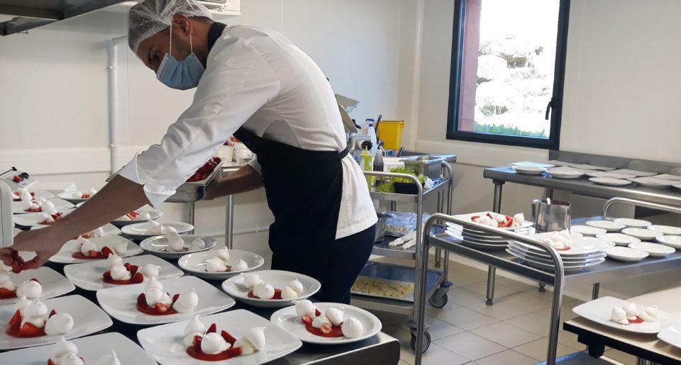Préparation du dessert, la Fraise Clery au naturel, meringue Pavlova et ganache chocolat blanc vanillée photos©Restalliance